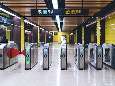 标识厂家分享地铁站导向标识牌的设计原则