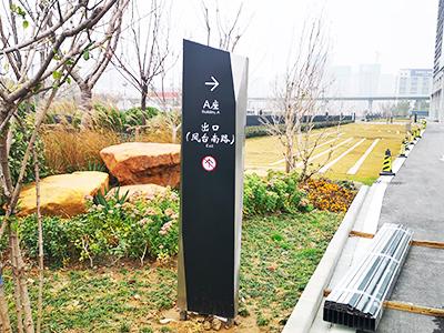 郑州标识牌厂家分享:停车场标识设计制作注意的细节